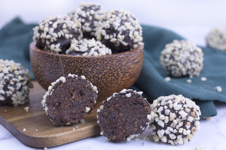 Trufas de cacao, maca y jengibre con crocante de almendra